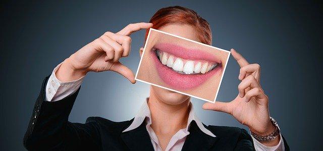 אישה עם חיוך גדול