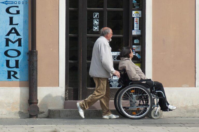 נכה משונע בכיסא גלגלים